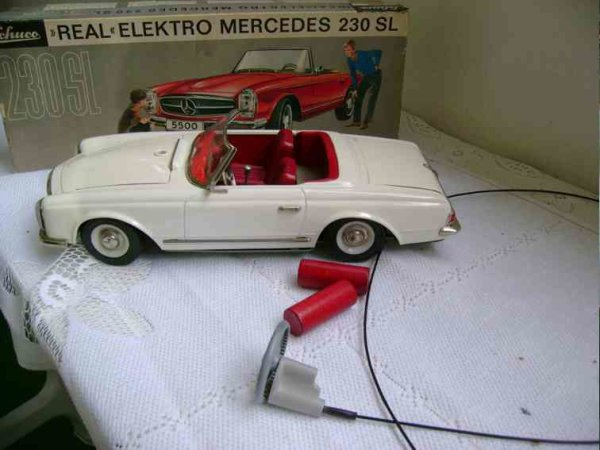 Schuco Tin-Cars Schuco -REAL- Nr.5500 in white Mercedes 230 SL the car is ne