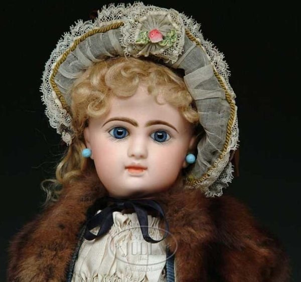 Denamur Etienne Dolls Bebe doll, a fine French Bebe with blue paperweight eyes and